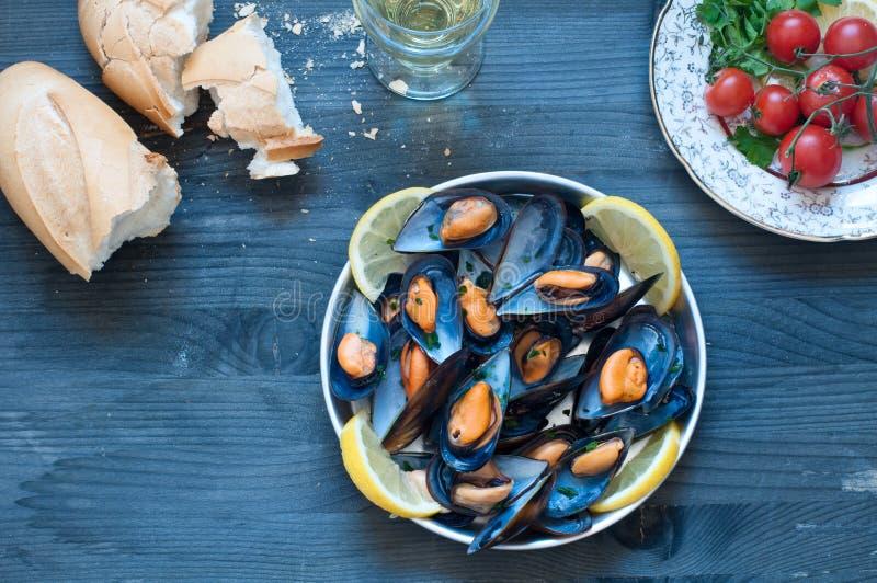 Lagad mat musslamarinara med tomaten, vitlök och olivolja fotografering för bildbyråer