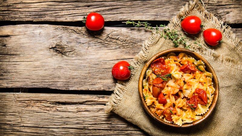 Lagad mat pasta med tomatsås och örter på tyget royaltyfria foton