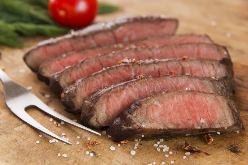 Lagad mat skivad medelsällsynt närbild för nötköttbiff fotografering för bildbyråer