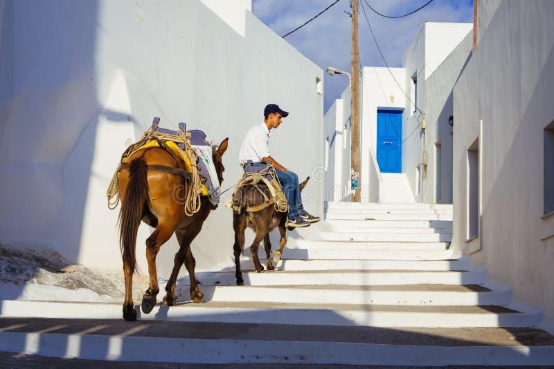 Lagada Amorgos, Греции 2-ое августа 2017 Малый ребенк ехать его d стоковое изображение rf