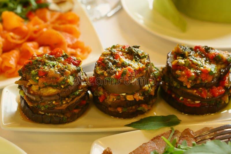 Lagade mat aubergine med grönsaker och mozzarellaen royaltyfria foton