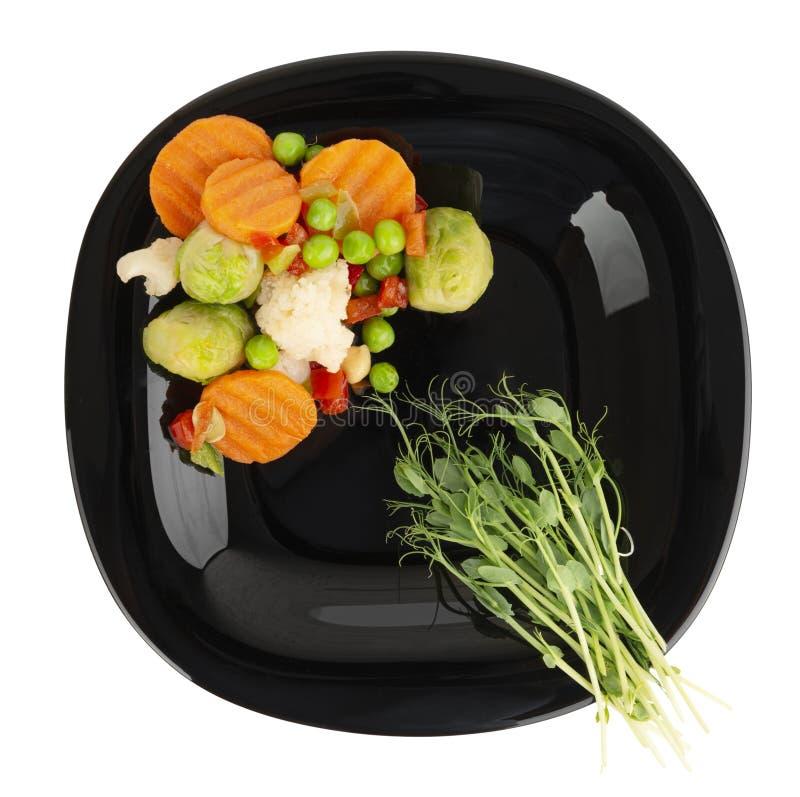Lagade mat grönsaker och mikrogräsplan på en platta royaltyfri bild