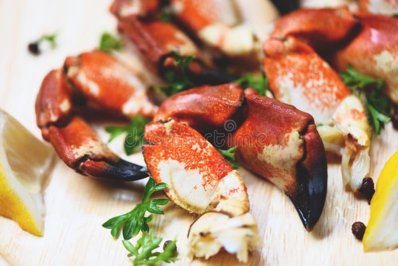 Lagade mat krabbor kokade på träbräde med citronen på plattan tjänade som havs- - den röda jordluckraren för stenkrabban arkivfoton