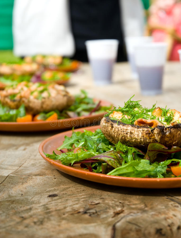 lagade mat maträttchampinjoner fotografering för bildbyråer