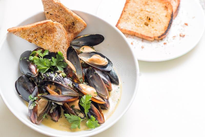Lagade mat musslor i a med bunken fotografering för bildbyråer