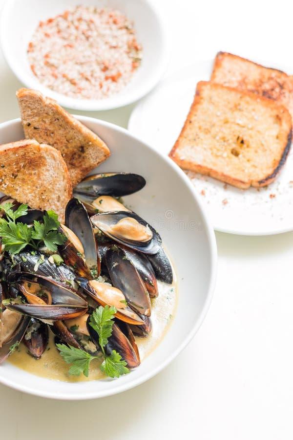 Lagade mat musslor i a med bunken royaltyfria foton