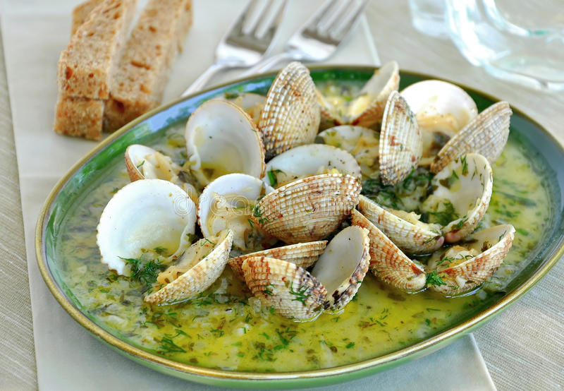 Lagade mat musslor i sås för vit wine royaltyfria foton