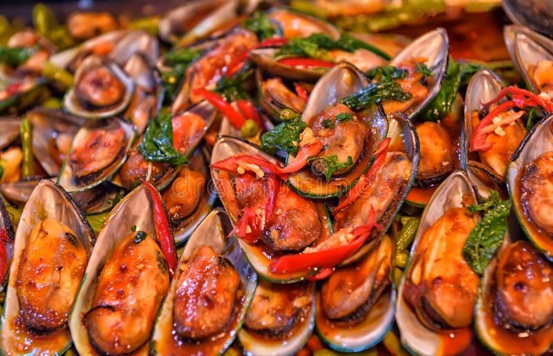 Lagade mat musslor på räknaren, arkivbild