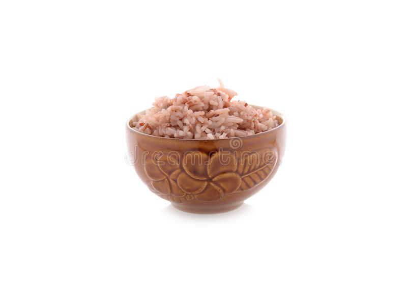 Lagade mat röda ris i bunke på vit arkivfoto