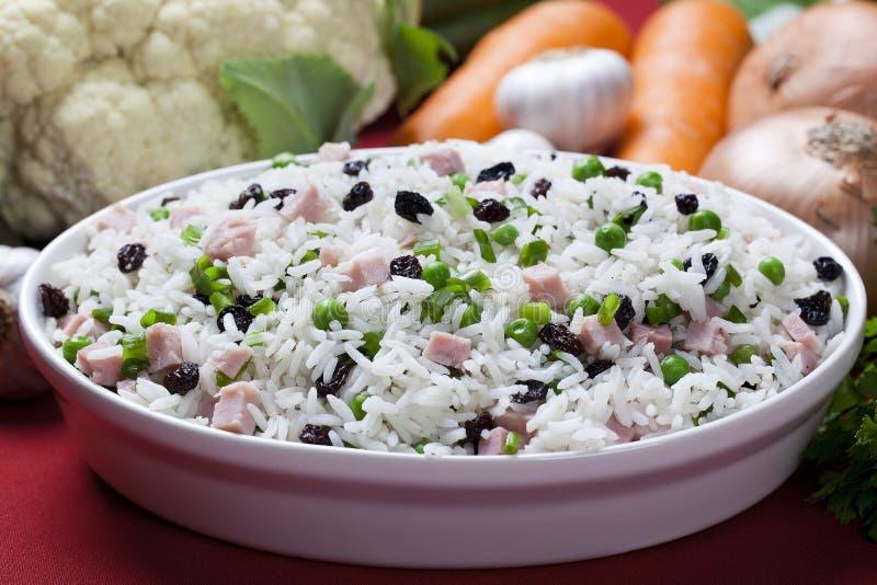 Lagade mat ris med grönsaker på tabellslutet upp arkivbild