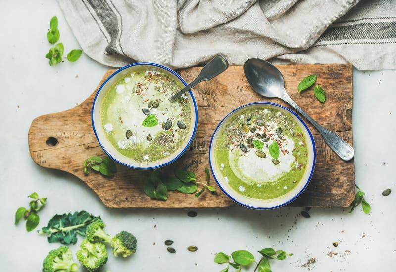 Lagar mat med grädde kräm- soppa för vårdetoxbroccoli med mintkaramellen och kokosnöten royaltyfri fotografi