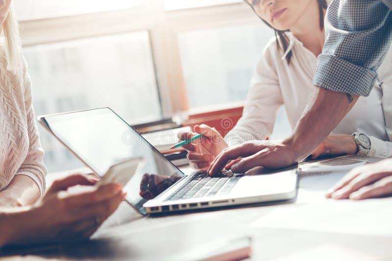 Lagarbetsprocess Idékläckning för marknadsföringsstrategi Skrivbordsarbete och digitalt i vindkontor fotografering för bildbyråer