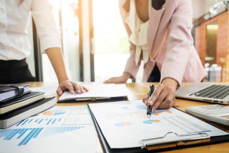 Lagarbetsprocess ung besättning för affärschefer som arbetar med nytt arkivfoton