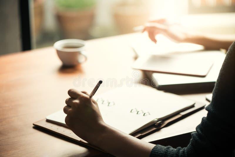 Lagarbetsprocess ung besättning för affärschefer som arbetar med nytt startup projekt royaltyfria foton