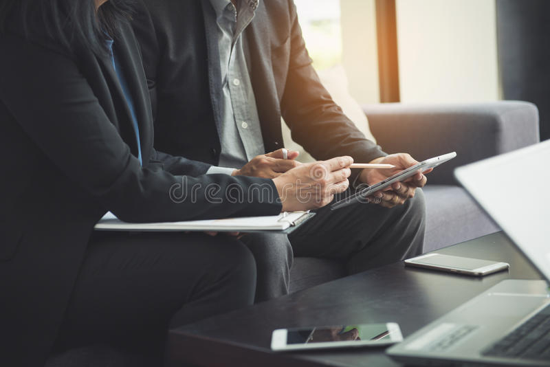 Lagarbetsprocess ung besättning för affärschefer som arbetar med nytt startup projekt arkivbild
