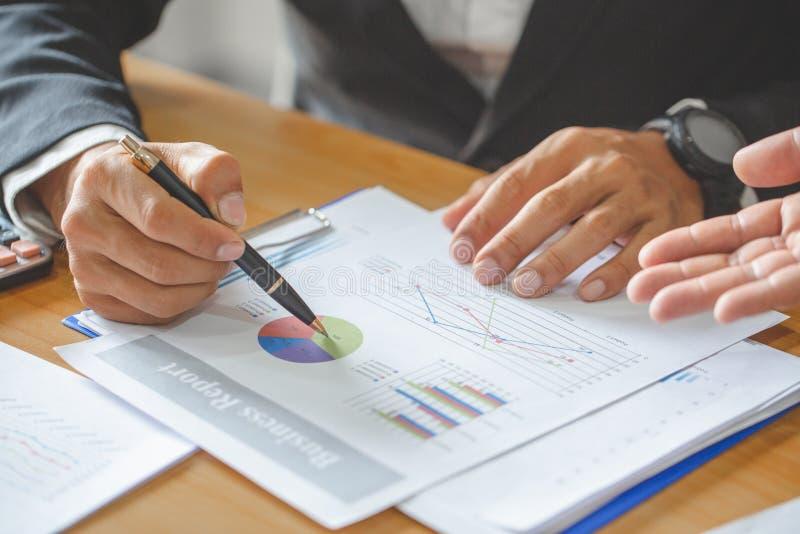 Lagarbetsprocess ung bes?ttning f?r aff?rschefer som arbetar med nytt startup projekt labtop p? tr?tabellen och att skriva tangen arkivbilder