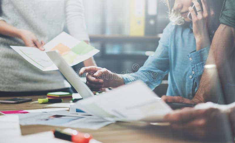 Lagarbetsprocess Ung businessmansbesättning för foto som arbetar med nytt startup projekt Generisk designanteckningsbok på den wo arkivbild