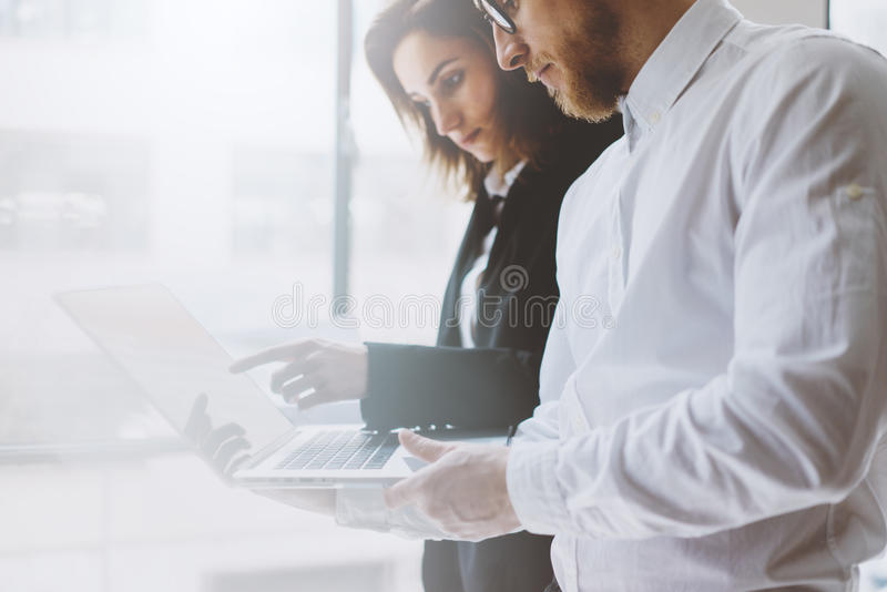 Lagarbetsprocess Ung professionellbesättning för foto som arbetar med nytt startup projekt Möte för projektchefer analytically royaltyfria foton
