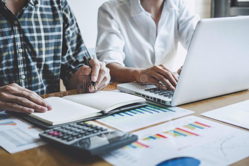 Lagarbetsprocessen, affärslagchefer som arbetar och diskuterar med nytt, startar upp projekt och strategi royaltyfria foton