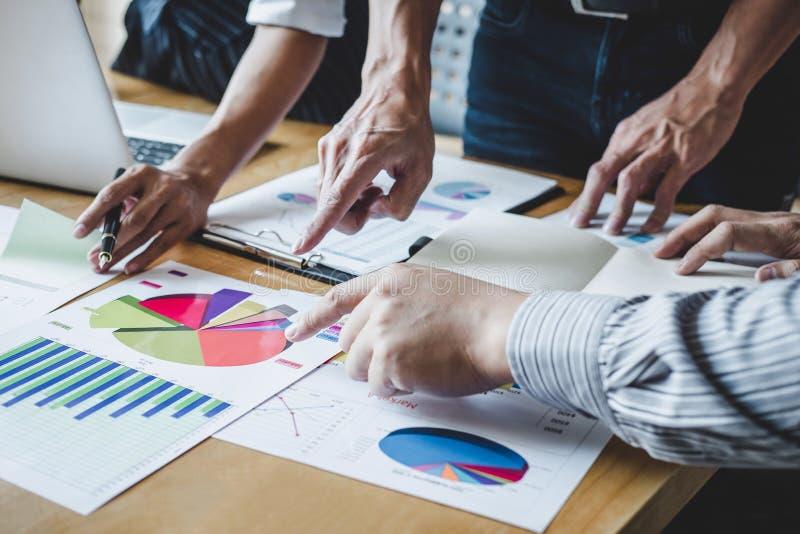Lagarbetsprocessen, affärslagchefer som arbetar och diskuterar med nytt, startar upp projekt och strategi royaltyfri foto