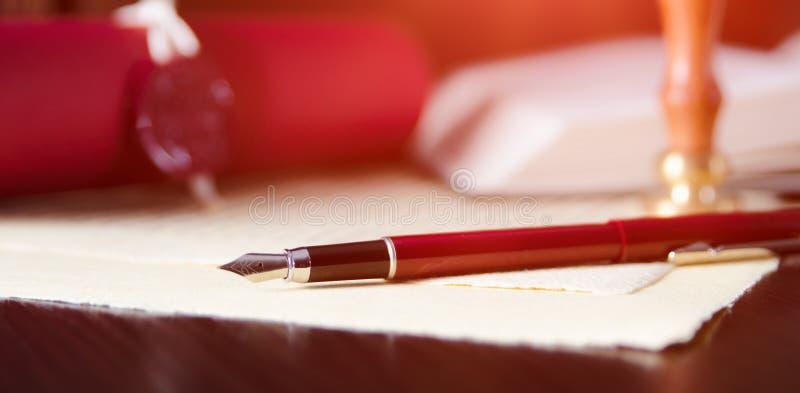 Lagbakgrundstema Reservoarpenna och handgjort papper royaltyfria bilder