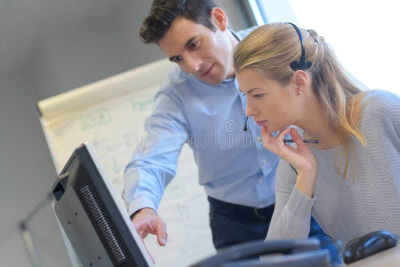 Lagbusinesspeople som tillsammans arbetar på datoren arkivbild