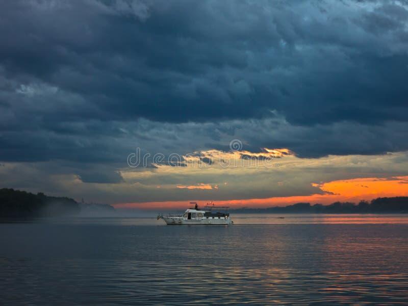 Lage en donkere wolken over de rivier van Donau vóór een onweer in Belgrado royalty-vrije stock fotografie
