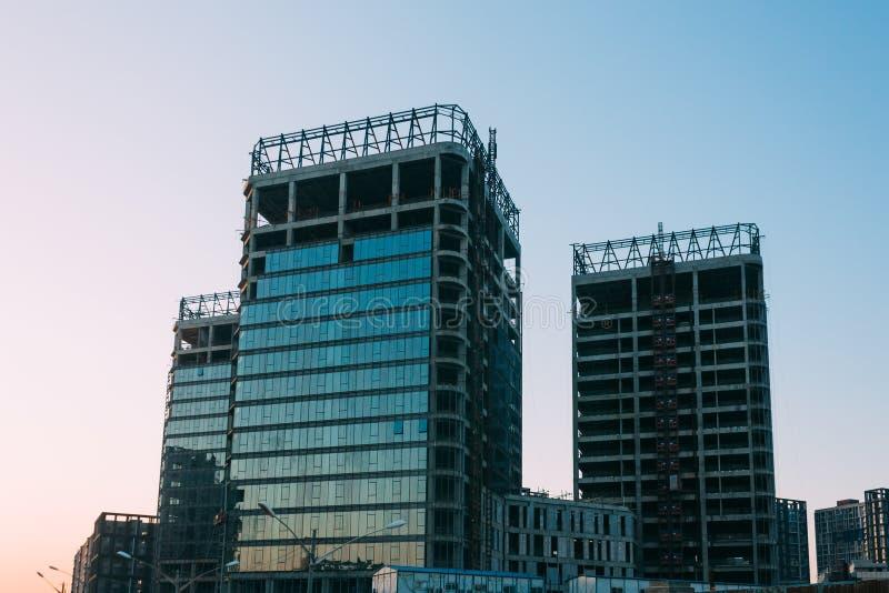 Lage hoek van de onvolledige bouw op een achtergrond van blauwe hemel in zonsondergangtijd royalty-vrije stock fotografie