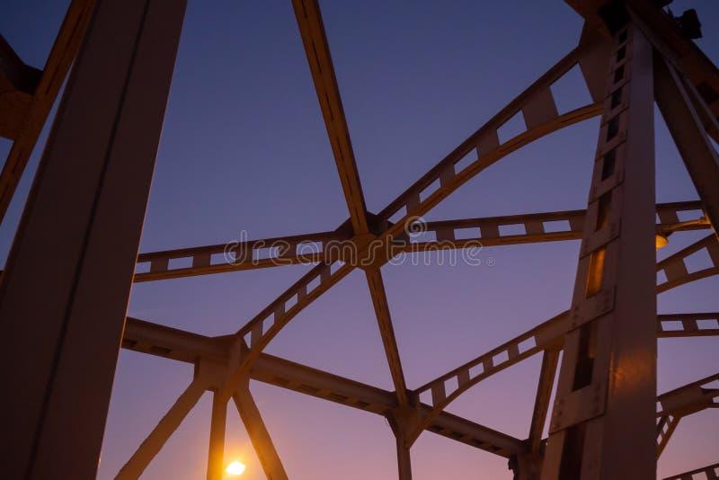 Lage hoek van de structuur van de staalbrug op de achtergrond van de schemeringhemel royalty-vrije stock afbeeldingen