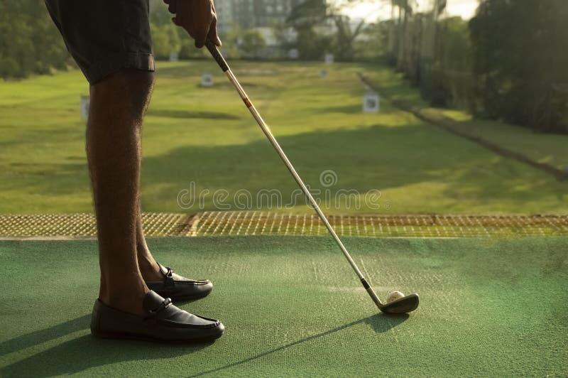 Lage hoek van mens het golfing bij het drijven van waaier stock fotografie