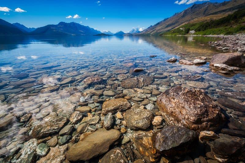 Lage hoekmening van de kust van Meer Wakatipu, Nieuw Zeeland stock fotografie
