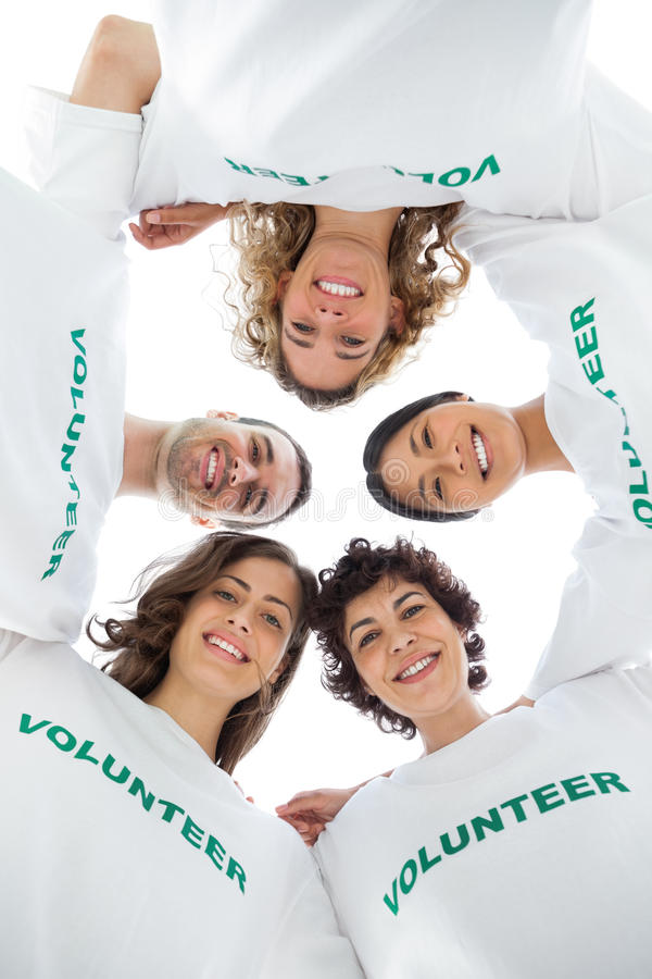 Lage hoekmening van een glimlachende groep vrijwilligers stock foto