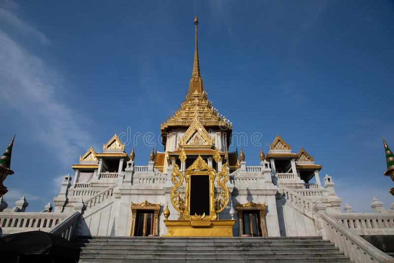 Lage hoekmening van een ingang van een Tempel van Boedha in Bangkok stock foto