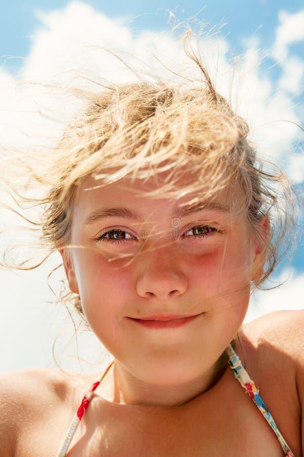 Lage hoekmening van het mooie het glimlachen portret van de meisjesclose-up stock afbeeldingen