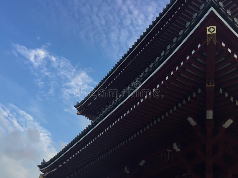 Lage hoekmening van het mooie houten dak van de tempel Senso -senso-ji in Tokyo, Japan royalty-vrije stock foto