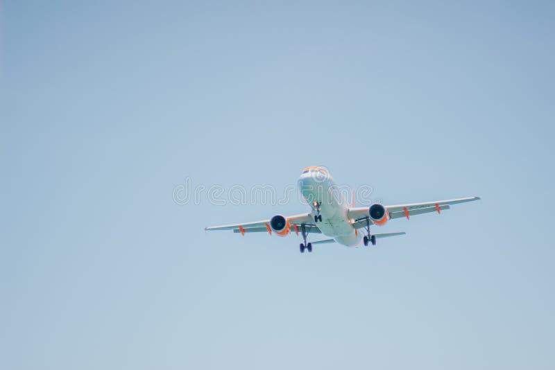 Lage hoekmening van landende vliegtuigen op blauwe hemel royalty-vrije stock afbeeldingen