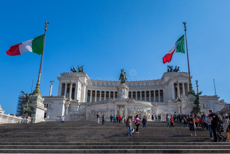 Lage hoekmening van mensen op de stappen voor Vittorio Emanuele II Monument en het inbouwen van Rome royalty-vrije stock fotografie