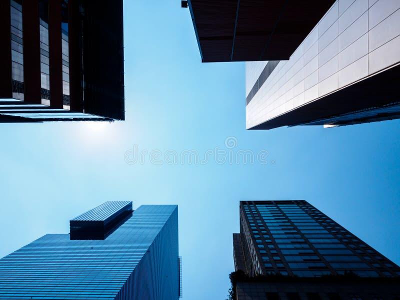 Lage hoekmening van moderne wolkenkrabbers in Seoel, Zuid-Korea Perspectief van onderaan stock fotografie