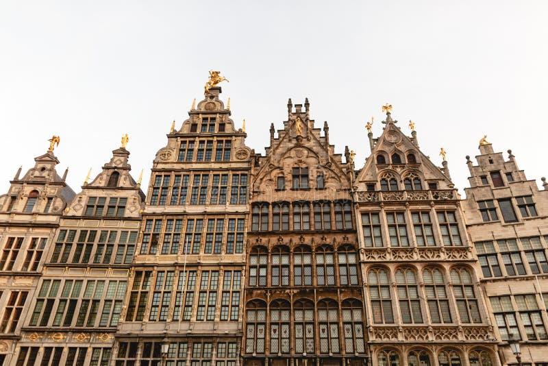 lage hoekmening van mooie gebouwen met standbeelden in historisch kwart van stock afbeeldingen
