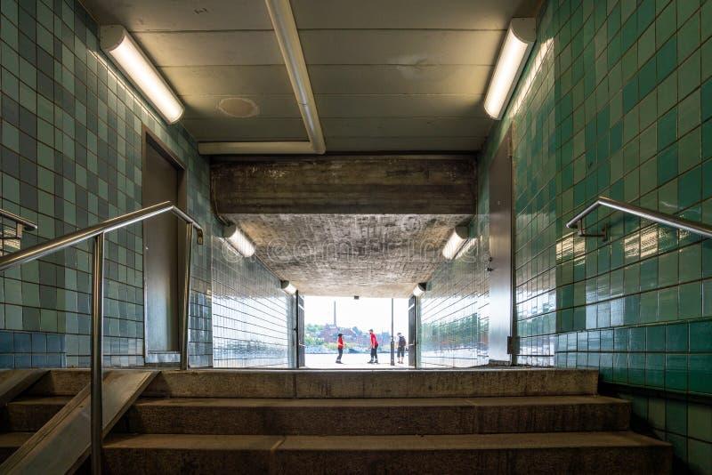 Lage hoekmening van treden in een metroonderdoorgang royalty-vrije stock afbeelding