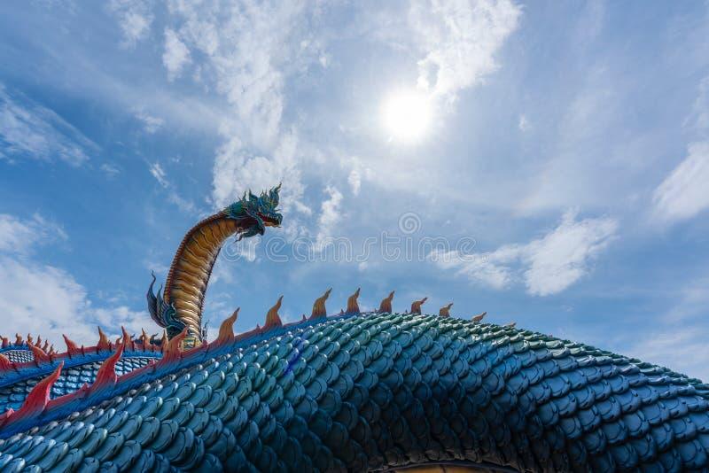 Lage invalshoek Giant Naka Buddha op de wolken van de blauwe lucht in de provincie Mukdahan, Thailand stock afbeelding