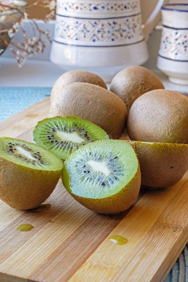 Lage kant van het kiwi de fruit gesneden portret stock foto's