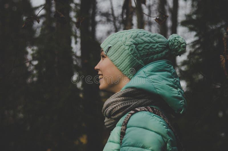 Lage lichtfoto van Persoon die een groene jas en een hoed draagt royalty-vrije stock foto's