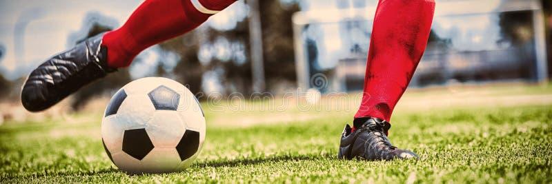 Lage sectie van speler het praktizeren voetbal stock fotografie