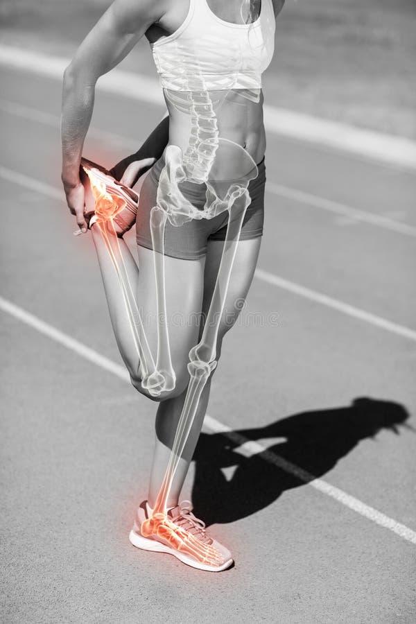Lage sectie van sportvrouw het uitrekken zich been op sportenspoor royalty-vrije stock afbeelding