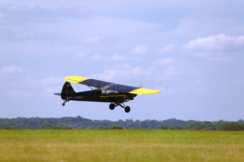 Lage vliegende vliegtuigen stock foto's
