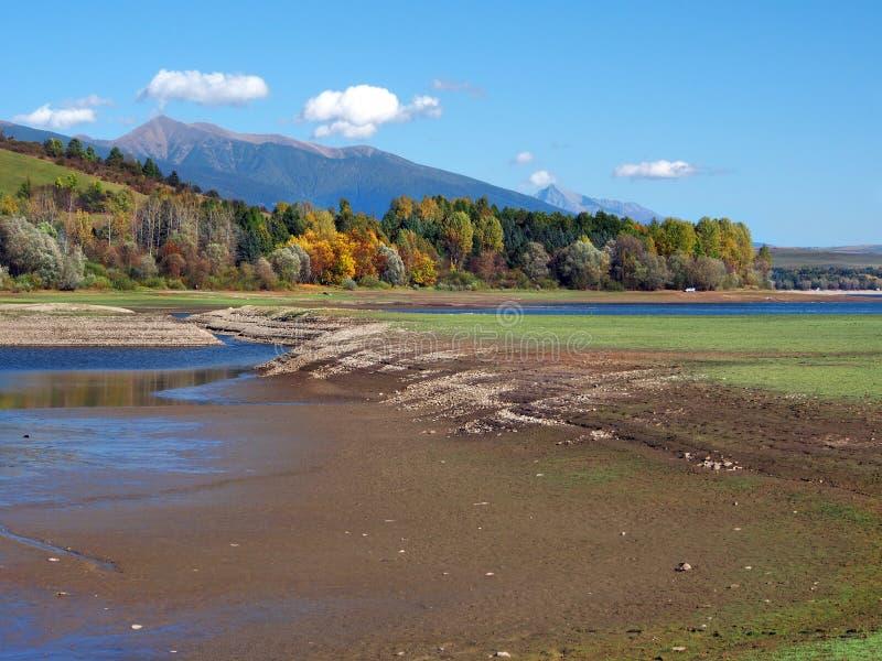 Lage waterspiegel in Liptovska Mara stock foto's