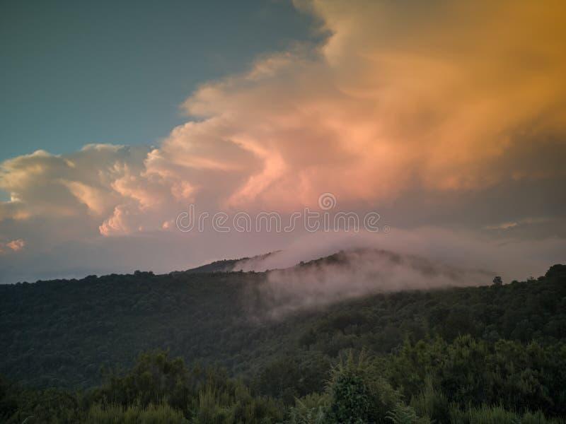 Lage wolken bij zonsondergang van bergplateau stock afbeelding