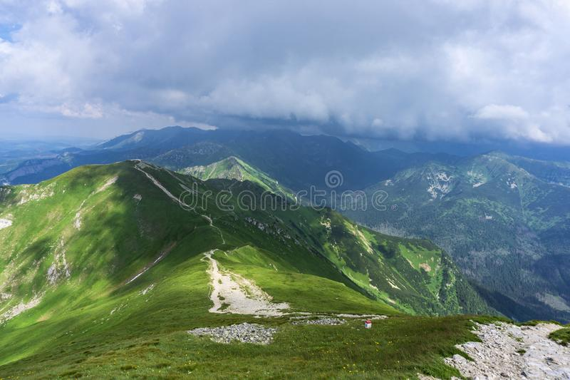 Lage zware wolken over Tatras vóór de weeronderbrekingen stock foto
