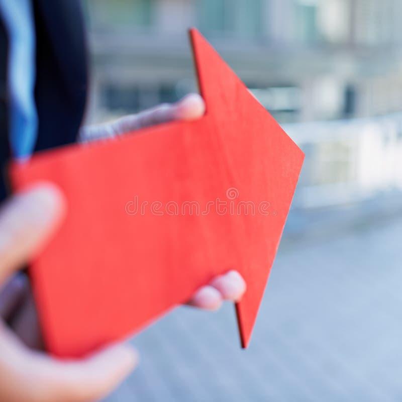 Lagebestimmung mit rotem Pfeil lizenzfreie stockbilder